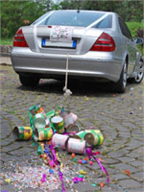 Just Married Autoschild Mit Dosen by Hochzeitsbrauch Blechdosen Am Hochzeitsauto Anbinden