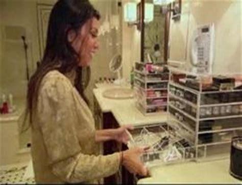 kim kardashian makeup organizer in her bathroom les astuces et rangements pour vos maquillages et