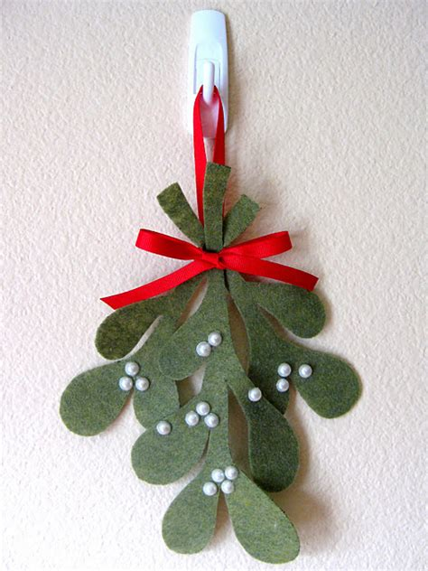 picture of diy felt mistletoe ornament