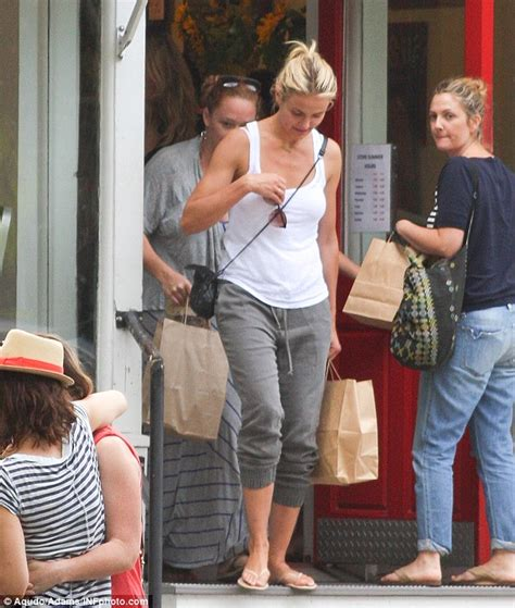 Cameron Diaz Drew Barrymoore Bff by Drew Barrymore Holds Open Door For S Co