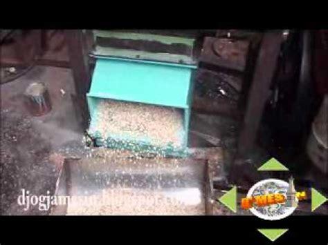Harga Mesin Gilingan Pakan Ternak gambar mesin pakan ayam crumble giling jagung bentuk