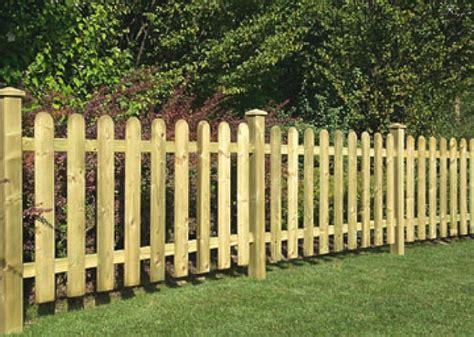 staccionata in legno per giardino recinzioni in legno fioriere in legno staccionate in legno