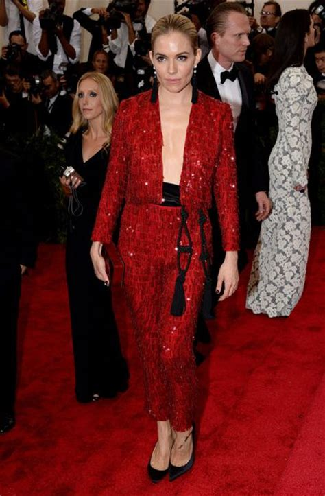2015 sienna miller met gala costume tuxedo les stars en smoking ou tailleur pantalon l