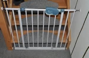 kindersicherung treppe ohne bohren befestigung vom treppenschutzgitter an neuer treppe wand