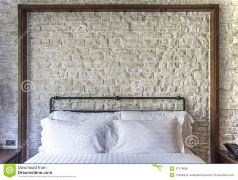 cuscini bianchi cuscini bianchi su una da letto classica con il