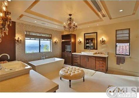 kourtney kardashian master bedroom report kourtney kardashian buys home near justin bieber