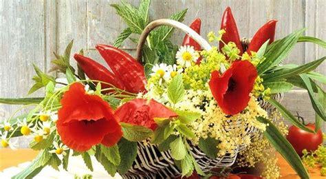 fiori in tavola decorare la tavola metti rosmarino tra i fiori per