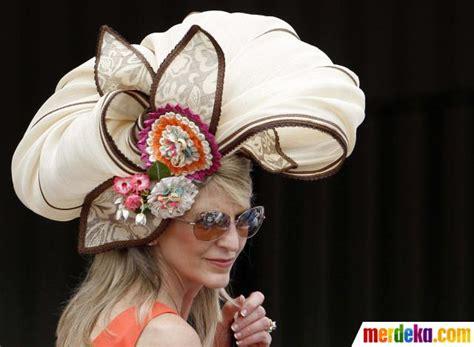 Sho Kuda Di Century foto wanita cantik dan topi mewah di arena balap kuda