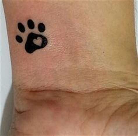 las 25 mejores ideas sobre huellas de perro tattoo en