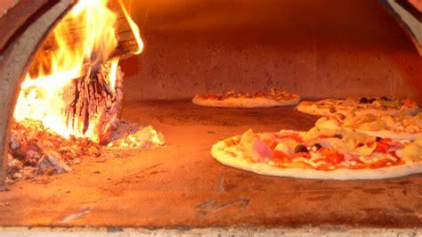pizza al camino traditionelle holzofenpizza in regensburg pizza aus dem