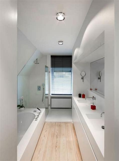 mooie oplossing voor lange smalle badkamer