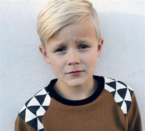little boy undercutting un corte de cabello con onda para ellos mambru corte