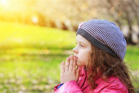 imagenes de ositos orando ni 241 o orando en el parque de la primavera fotos de stock