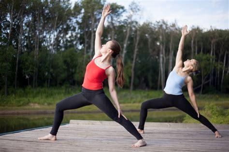 imagenes haciendo yoga chicas haciendo yoga juntas descargar fotos gratis