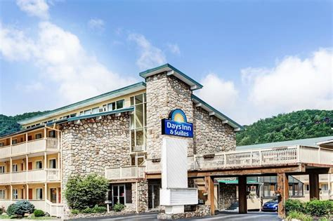 hotel in tennessee days inn and suites downtown gatlinburg parkway in