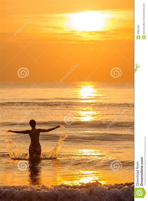 imagenes mujeres en el mar silueta de la mujer en el mar fotograf 237 a de archivo libre