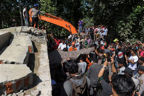 earthquake news indonesia indonesia earthquake leaves scores dead in aceh province