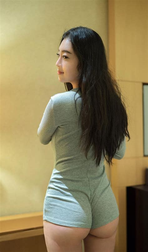 蕾丝内裤美女憋尿故事不了我的,把内裤提得很高然后憋尿
