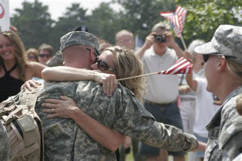 file minnesota soldier returns home jpg wikimedia commons