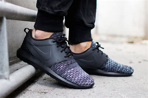 Sepatu Nike Roshe Run Gride Premium the most evolved form of the nike roshe features flyknit