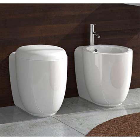 bidet in tagalog ceramica stile wc con sedile e bidet filo parete btw