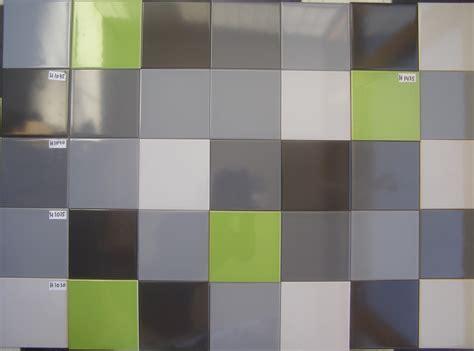 toilet met gekleurde tegel gekleurde wandtegels