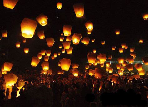 Flying Paper Lanterns - weddings sky lanterns an ancient tradition