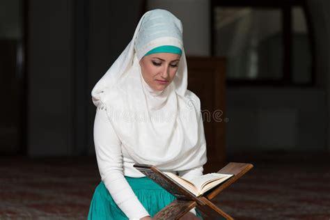 Alcor 227 O Livro De Allah Deus Em A Mulher Mu 231 Ulmana Est 225 Lendo O Alcor 227 O Imagem De Stock