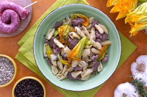 pasta fiori di zucca e salsiccia ricetta cavatelli con salsiccia e fiori di zucca la