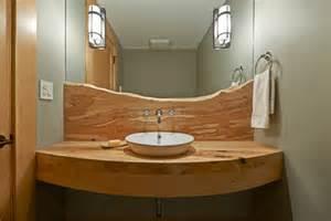 les meubles en bois brut sont une touche nature pour
