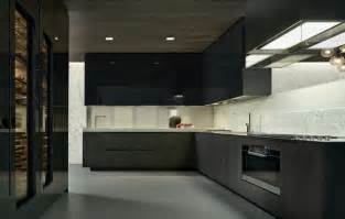 Wonderful Cuisine Rouge Plan De Travail Noir #13: Cuisine-noire-blanche-sol-béton-ciré-robinets-acier-brossé.jpg