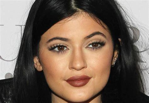 Lipstik Warna Coklat Terang tips memulas lipstik warna gelap ala jenner okezone lifestyle