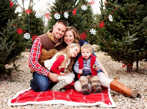 images of christmas family portraits what to wear in christmas photos 10 tips