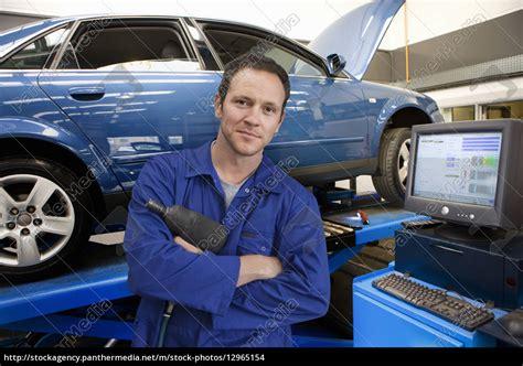 autowerkstatt suche mechaniker in autowerkstatt neben dem computer stockfoto