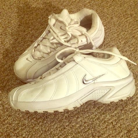 solid white athletic shoes 56 nike shoes solid white nike tennis shoes from