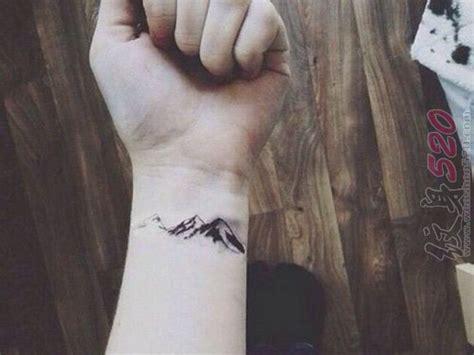 女生手腕上黑色素描创意雪山纹身图案