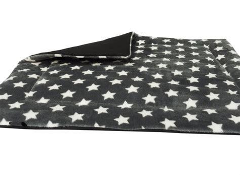 decke mit ärmeln schwarz decke sterne grau best 25 wickeltasche grau ideas on