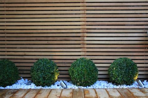 holzzaun modern sichtschutz zaun oder gartenmauer 102 ideen f 252 r