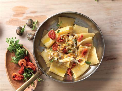 ricette per cucinare i paccheri ricetta paccheri con vongole e seppie la cucina italiana