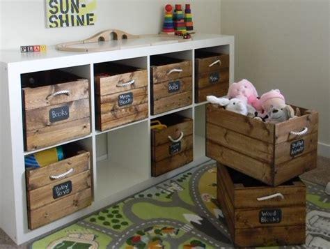 opbergsysteem buitenspeelgoed organiseren van speelgoed in de woonkamer organiseer en