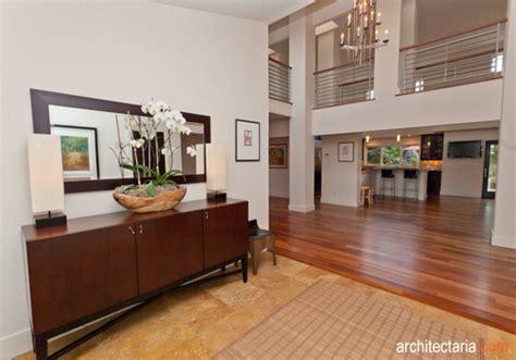 foyer rumah memanfaatkan serambi atau foyer sudut di balik pintu yang