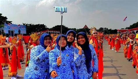 Tongsis 30 Ribuan nusabali penilan gandrung sewu jadi ajang selfie hut korpri di surabaya