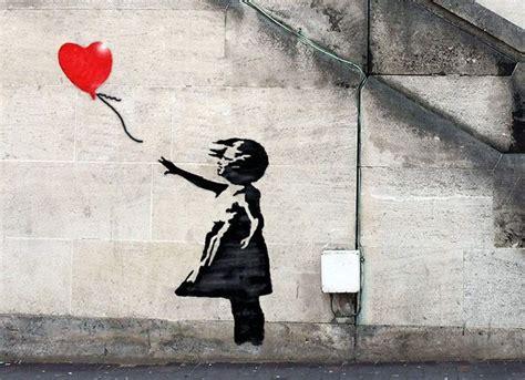 graffiti subversivo de banksy transformado em joias