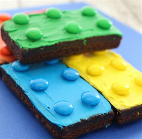 Cetakan Karakter Lego nyam brownies dan sandwich lego ini enak dimakan