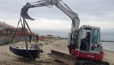 ufficio postale montesilvano spiaggia sequestrate le barche abbandonate sulla spiaggia a vasto