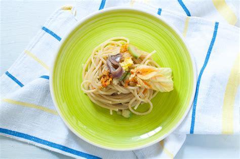 pasta con fiori zucca pasta fiori di zucca e alici ricetta