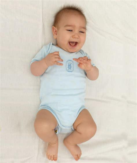 wann kann baby kopf halten babys verstehen didymos
