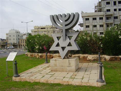 candelabro israel file pikiwiki israel 20015 david menorah in petah tikva