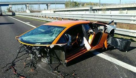 Lamborghini Crashes Highway Crash Leaves Lamborghini Aventador Sv In Bits
