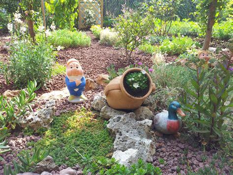 aiuole fiorite con sassi giardini per tutti i gusti monari giardini con aiuole con